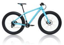 Nouvelle bicyclette bleue avec les pneus épais pour le tour de neige d'isolement sur un wh Photos libres de droits
