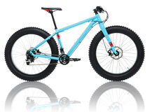 Nouvelle bicyclette bleue d'isolement sur un blanc Image libre de droits