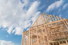 Nouvelle botte en bois en gros plan de toit de pignons de construction, poteau, framewor de faisceau photographie stock libre de droits