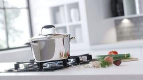 Nouvelle casserole de chrome sur le miroir faisant cuire le plat dans l'intérieur blanc Les légumes frais se trouvent près d'une  Photos libres de droits