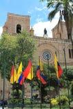 Nouvelle cathédrale avec les drapeaux nationaux et locaux à Cuenca, Equateur Photo stock