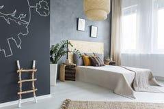 Nouvelle chambre à coucher avec le tableau photographie stock