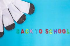 Nouvelle chaussette blanche d'étudiant sur le fond bleu avec l'espace libre pour le De Photo stock