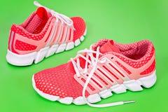 Nouvelle chaussure de course, espadrille ou entraîneur orange et blanche sur b vert Image stock