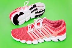 Nouvelle chaussure de course, espadrille ou entraîneur orange et blanche sur b vert Image libre de droits