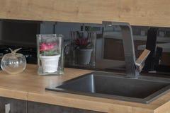 Nouvelle conception de la vaisselle dans la cuisine image libre de droits