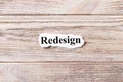NOUVELLE CONCEPTION du mot sur le papier Concept Mots de NOUVELLE CONCEPTION sur un fond en bois photo libre de droits