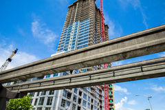 Nouvelle construction à côté des rails de transit Image libre de droits