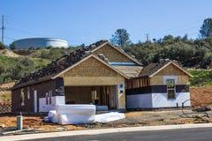 Nouvelle construction à la maison avec des matériaux de toiture sur le bâtiment Photo libre de droits