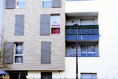 Nouvelle construction dans un nouveau voisinage Photographie stock libre de droits