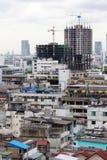 Nouvelle construction de bâtiments dans une zone urbaine fortement encombrée image stock