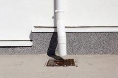 Nouvelle construction de système à la maison en gros plan de gouttière de pluie image libre de droits