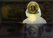 Nouvelle devise du monde Pièce d'or de Bitcoin et silhouette de Benja image stock