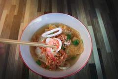 Nouvelle exposition cuite de crevette des fruits de mer Tom Yum Noodle de rue photographie stock libre de droits