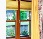 Nouvelle fenêtre brune stratifiée à l'intérieur de vue Photo stock
