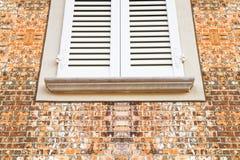 Nouvelle fenêtre en bois contre un mur de briques Photo stock