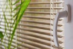 Nouvelle fenêtre en plastique moderne et salles intérieures Abat-jour dans une maison attrapant la lumière du soleil Image stock