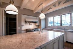 Nouvelle grande cuisine à la maison moderne photo libre de droits
