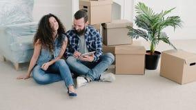 Nouvelle invitation de pendaison de crémaillère d'appartement de jeunes couples banque de vidéos