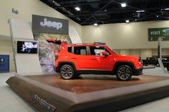 Nouvelle jeep compacte sur le support Images libres de droits