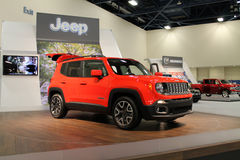 Nouvelle jeep sur le support Images stock
