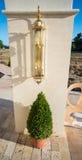 Nouvelle lampe originale sur la colonne à l'entrée à l'hôtel cinq étoiles dans Kranevo, Bulgarie Images libres de droits