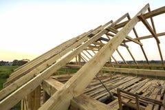 Nouvelle maison écologique en bois des matériaux naturels en construction Détail en gros plan de cadre de toit de grenier contre  images libres de droits