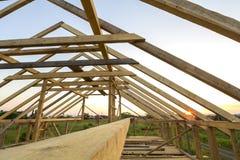Nouvelle maison écologique en bois des matériaux naturels sous le constru photos libres de droits