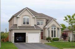 Nouvelle maison avec un double garage Images libres de droits