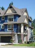 Nouvelle maison bleue images stock