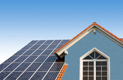 Nouvelle maison construite, dessus de toit avec les piles solaires Image libre de droits