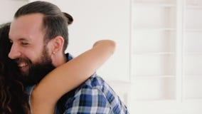 Nouvelle maison des meilleurs d'investissement couples heureux de propriétaires jeunes banque de vidéos
