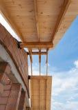 Nouvelle maison en construction Construction d'un toit contre le ciel bleu Photographie stock