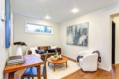 Nouvelle maison sur commande avec un salon blanc et brun photos libres de droits