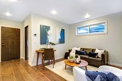 Nouvelle maison sur commande avec un salon blanc et brun images stock
