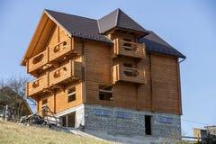Nouvelle maison traditionnelle écologique en bois de cottage des matériaux naturels de bois de charpente avec le toit de bardeau  photographie stock