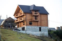 Nouvelle maison traditionnelle ?cologique en bois de cottage des mat?riaux naturels de bois de charpente avec le toit de bardeau  photographie stock