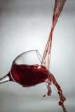 Nouvelle manière de verser le vin Photographie stock
