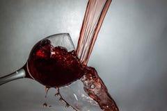 Nouvelle manière de verser le vin Photos stock