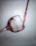 Nouvelle manière de verser le vin Photo libre de droits