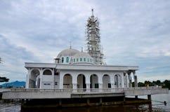 Nouvelle mosquée de flottement islamique en construction avec deux dômes au bord de mer Kuching Malaisie de rivière de Sarawak images libres de droits