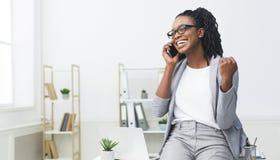 Nouvelle offre d'emploi Femme africaine enthousiaste parlant au téléphone photos libres de droits