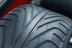 Nouvelle photo de plan rapproché de pneu de voiture Photos libres de droits