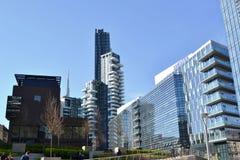 Nouvelle pièce de résidence du secteur Porta Nuova dans le gratte-ciel de Milan et d'Unicredit à l'arrière-plan images stock
