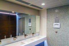 Nouvelle pièce propre moderne de toilette publique images libres de droits