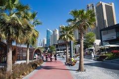 Nouvelle plage publique - résidence JBR de plage de Jumeirah avec des 2 kilomètres pro images libres de droits