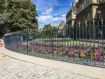 Nouvelle, plus haute barrière autour de Chambre française de sénat dans le Jardin De Luxembourg, Paris, France photographie stock libre de droits