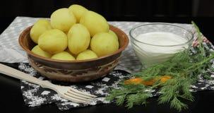 Nouvelle pomme vapeur d?licieuse de plat avec l'aneth frais sur pr?t ? servir ? manger photographie stock libre de droits