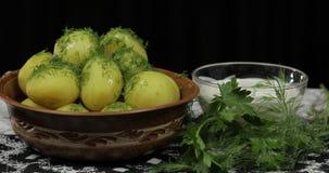 Nouvelle pomme vapeur d?licieuse de plat avec l'aneth frais sur pr?t ? servir ? manger photographie stock
