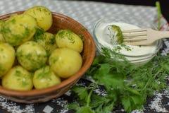Nouvelle pomme vapeur d?licieuse de plat avec l'aneth frais sur pr?t ? servir ? manger image stock
